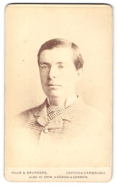 Fotografie Hills & Saunders, Oxford, Portrait Herr im karierten Anzug 0