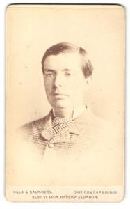 Fotografie Hills & Saunders, Oxford, Portrait Herr im karierten Anzug