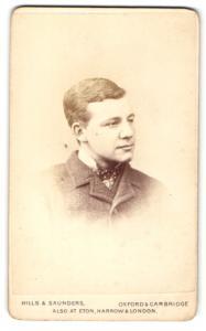 Fotografie Hills & Saunders, Oxford, Portrait junger Mann im Anzug mit Krawatte