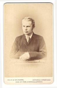 Fotografie Hills & Saunders, Oxford, Portrait ernster junger Mann im Anzug