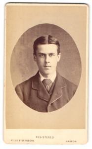 Fotografie Hills & Saunders, Harrow, Portrait ernster junger Mann im Anzug