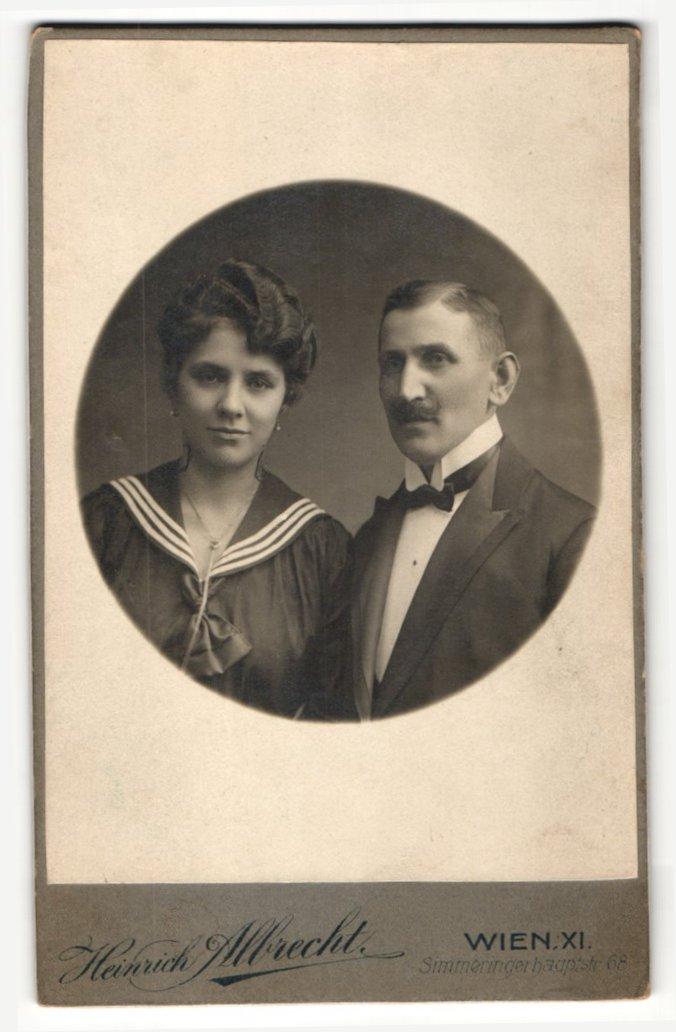 Fotografie Heinrich Albrecht, Wien, Portrait bürgerliches Paar in modischer Kleidung 0