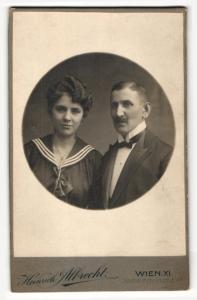 Fotografie Heinrich Albrecht, Wien, Portrait bürgerliches Paar in modischer Kleidung