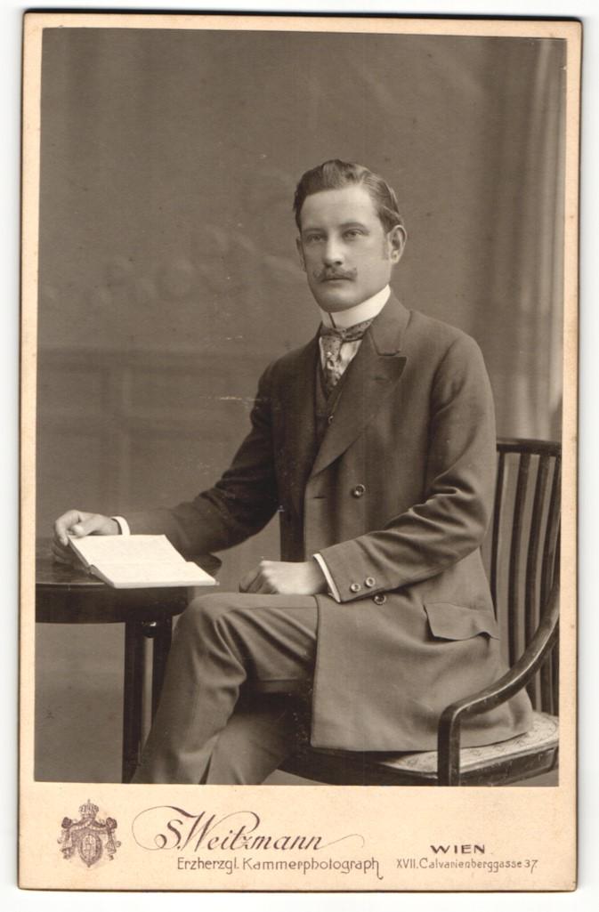 Fotografie S. Weitzmann, Wien, Portrait elegant gekleideter Herr mit Buch am Tisch sitzend 0