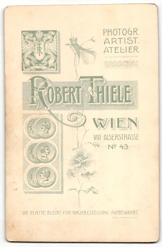 Fotografie Robert Thiele, Wien, Portrait bürgerliches Paar in hübscher Kleidung mit Blumen 1
