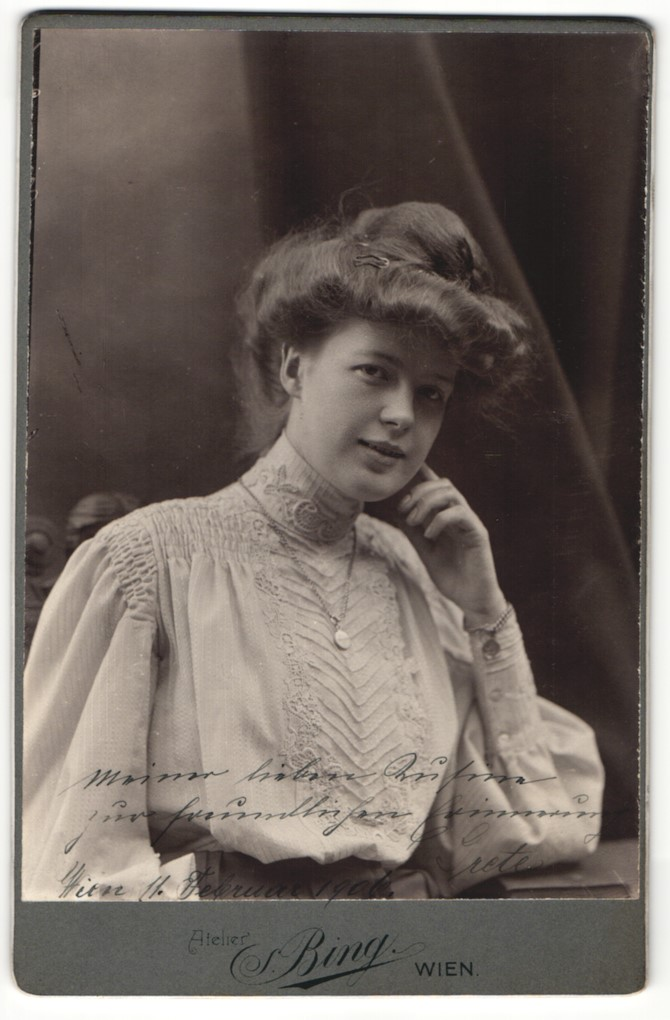 Fotografie Sigmund Bing, Wien, Portrait bürgerliche Dame in hübscher Bluse mit Hochsteckfrisur 0