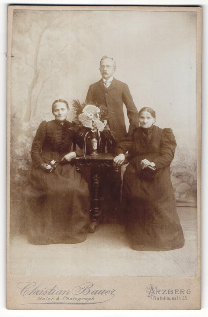 Fotografie Christian Bauer, Arzberg, Portrait ältere Dame und Mann und Frau in bürgerlicher Kleidung mit Blumen 0
