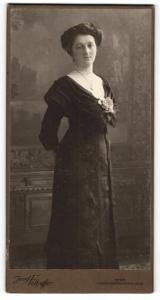 Fotografie Josef Felhoffer, Wien, Portrait elegant gekleidete Dame mit Hochsteckfrisur und Halskette