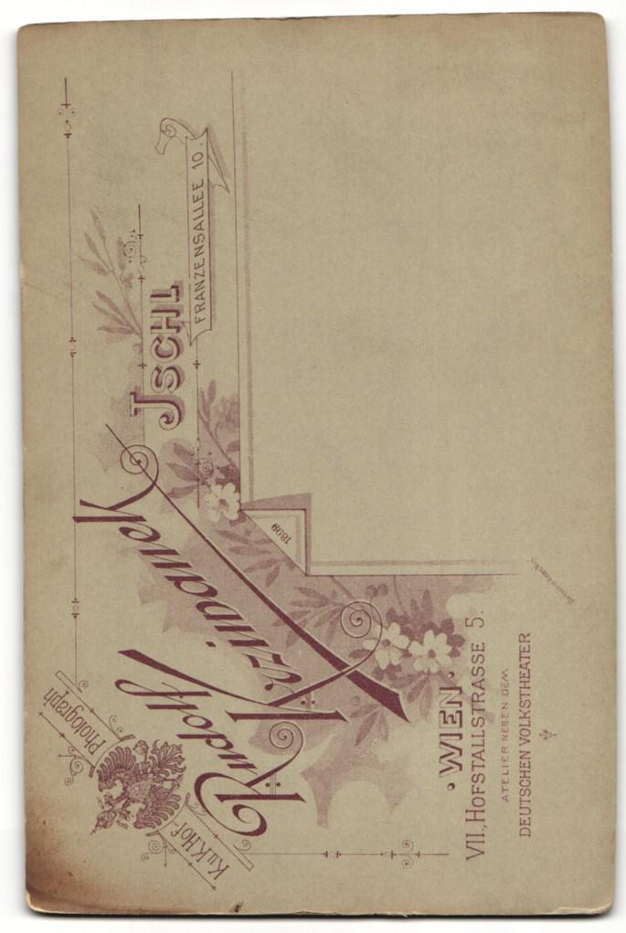 Fotografie R. Krziwanek, Ischl, Portrait elegant gekleidetes Paar mit Zweigen an Geländer gelehnt 1