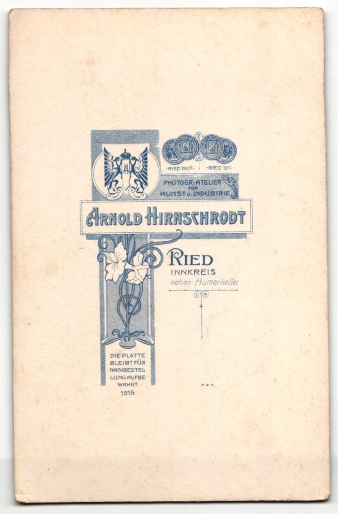 Fotografie Arnold Hirnschrodt, Ried, Portrait elegant gekleideter Herr mit Zigarre an Stuhl gelehnt 1