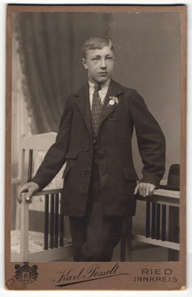 Fotografie Karl Posselt, Ried, Portrait junger Herr im Anzug mit Krawatte und Ansteckblumen 0