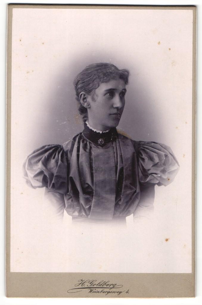 Fotografie H. Goldberg, Berlin, Portrait junge Dame im eleganten Kleid mit Puffärmeln und Kragenbrosche 0