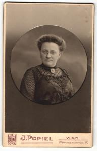Fotografie J. Popiel, Wien, Portrait bürgerliche Dame in hübscher Kleidung mit Zwicker