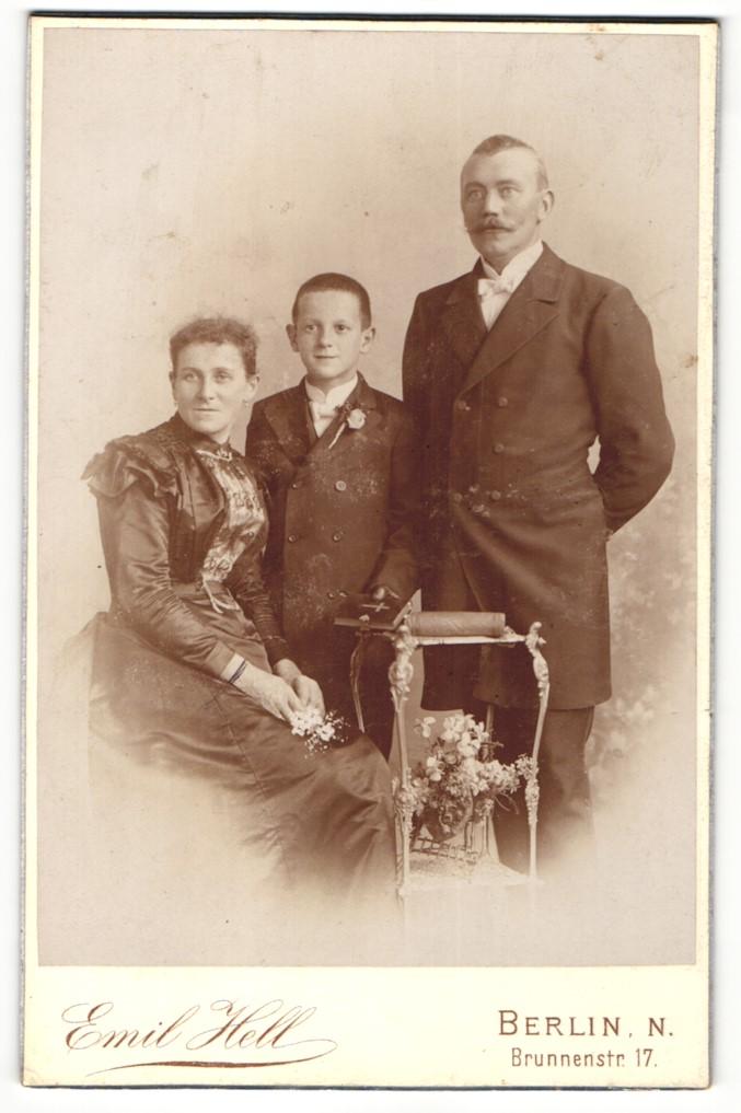 Fotografie Emil Hell, Berlin-N, Portrait Konfirmand mit Gebetsbuch und Eltern in festlicher Kleidung 0