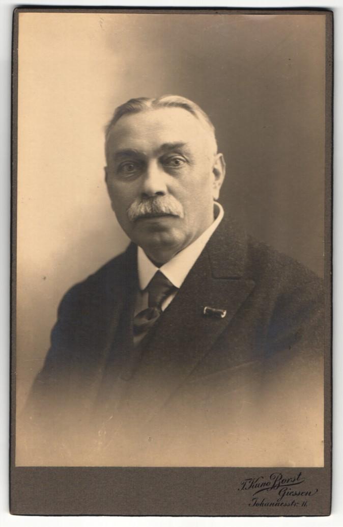 Fotografie F. Kuno Borst, Giessen, Portrait bürgerlicher Herr im Anzug mit Krawatte und Schnurrbart 0