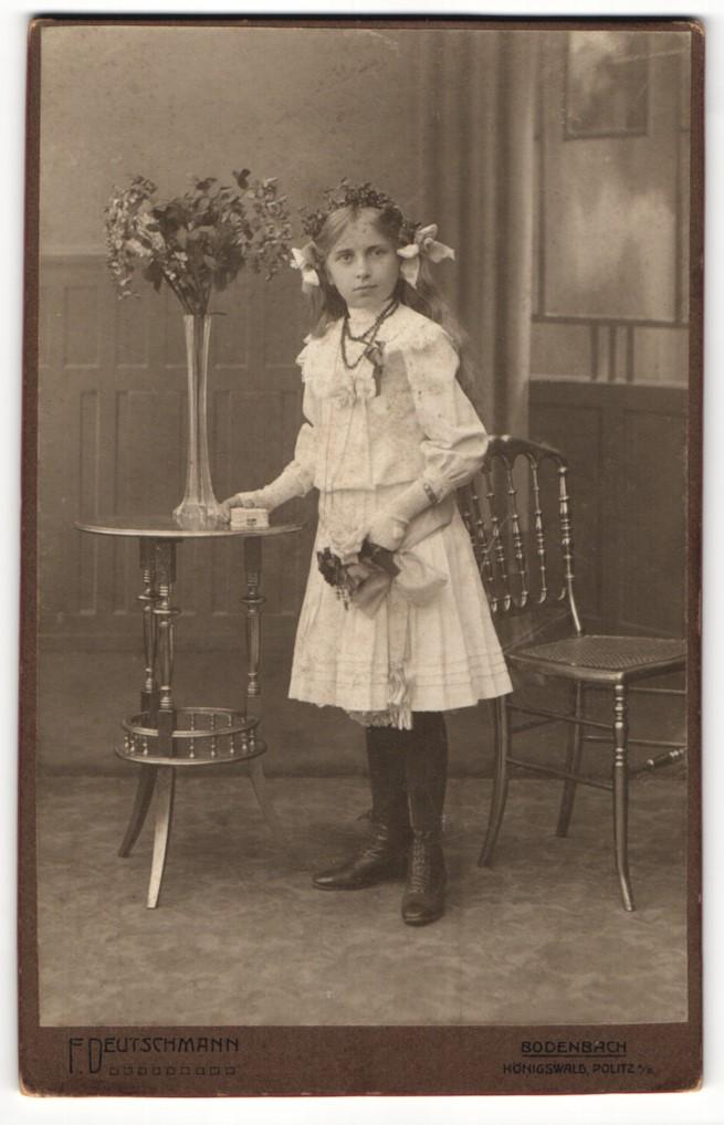 Fotografie F. Deutschmann, Bodenbach, Portrait hübsch gekleidetes Mädchen mit Blumen an Tisch gelehnt 0