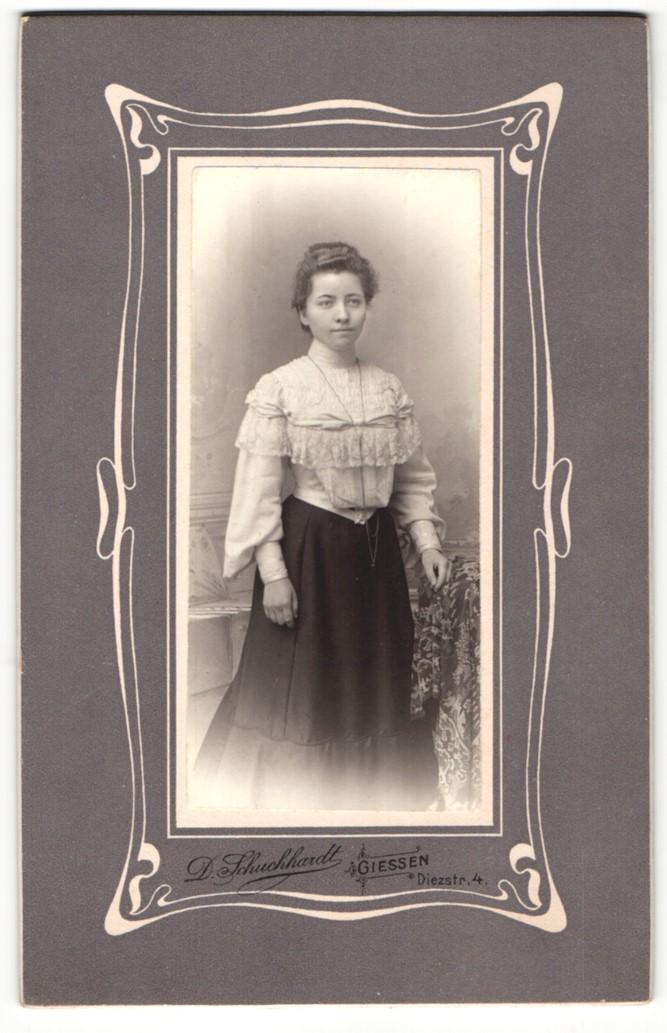 Fotografie D. Schuchhardt, Giessen, Portrait junge Dame in hübscher Kleidung an Tisch gelehnt 0