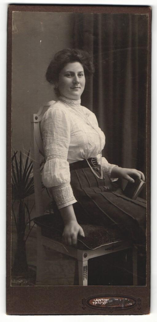 Fotografie unbekannter Fotograf und Ort, Portrait sitzende Dame in hübscher Kleidung mit Buch 0