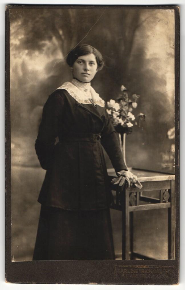 Fotografie K. Dietrich, Laufen-Salzach, Portrait elegant gekleidete Dame mit Handschuhen an Tisch gelehnt 0