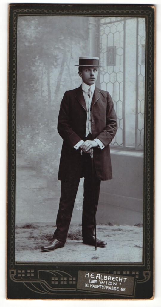 Fotografie H. E. Albrecht, Wien, Portrait junger Herr in eleganter Kleidung mit Hut und Stock 0