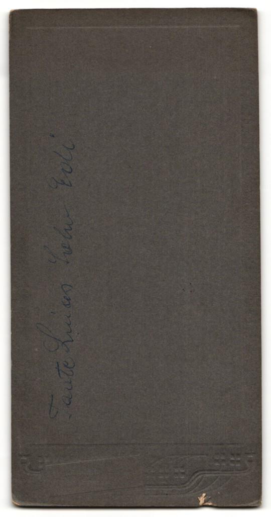 Fotografie H. E. Albrecht, Wien, Portrait junger Herr in eleganter Kleidung mit Hut und Stock 1