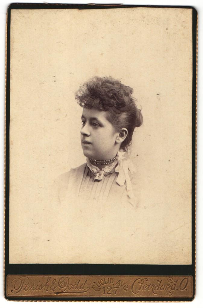 Fotografie Parish & Dodd, Cleveland, O., Portrait junge Dame mit Hochsteckfrisur und Halskette 0