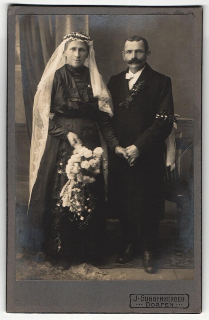 Fotografie J. Guggenberger, Dorfen, Portrait bürgerliches Paar in Hochzeitskleidung mit Schleier und Blumenstrauss 0