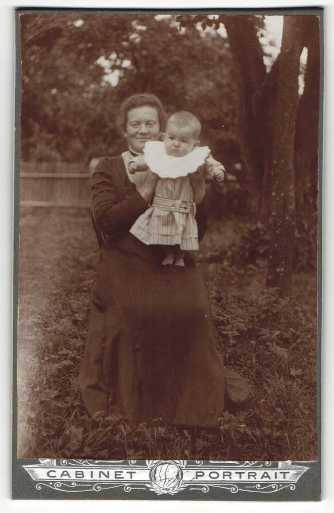 Fotografie Cabinet Portrait, unbekannter Ort, Portrait bürgerlich geleidete Mutter mit Kleinkind auf dem Schoss 0