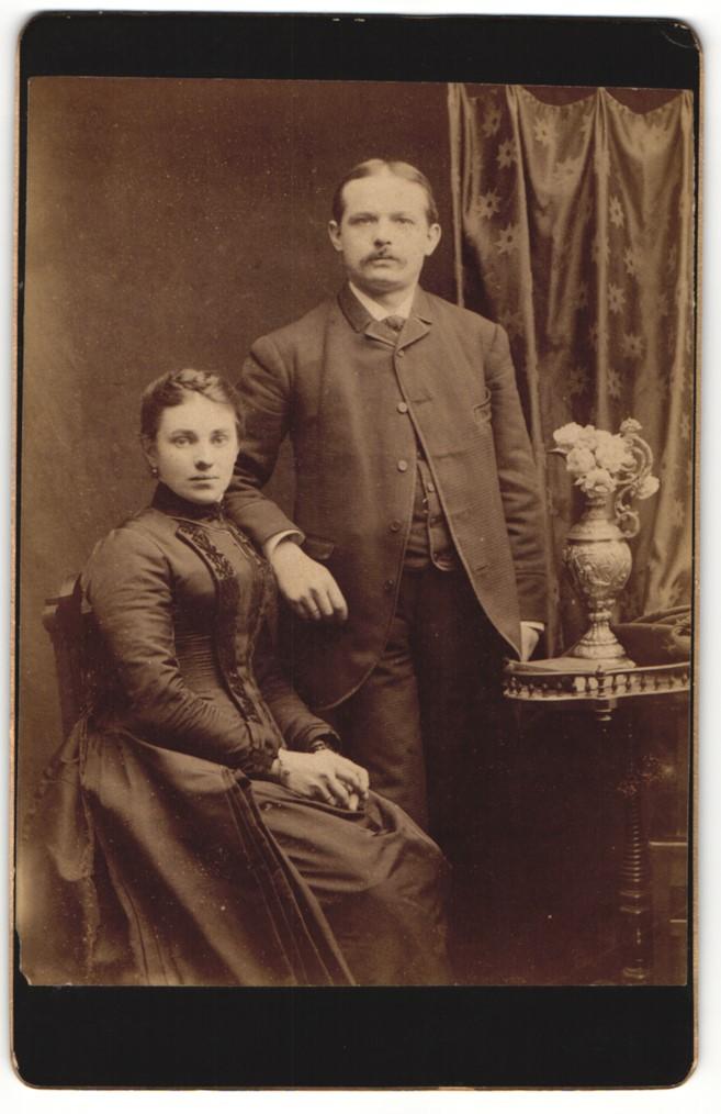 Fotografie unbekannter Fotograf und Ort, Portrait bürgerliches Paar in eleganter Kleidung 0