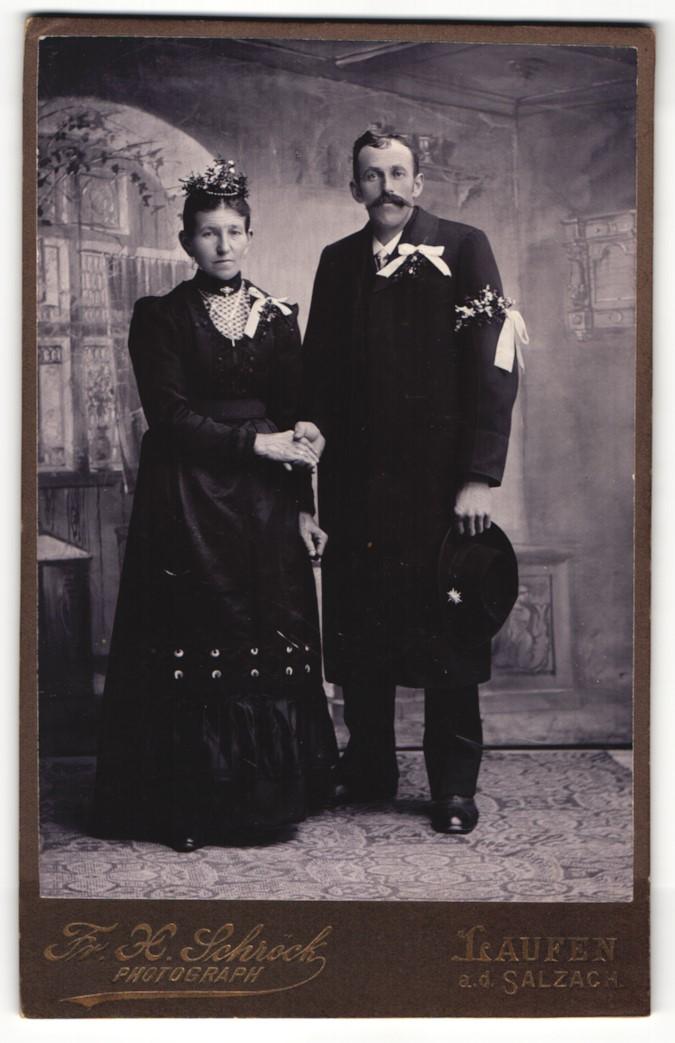 Fotografie Fr. X. Schröck, Laufen a. d. Salzach, Portrait bürgerliches Paar in festlicher Kleidung mit Ansteckblumen 0