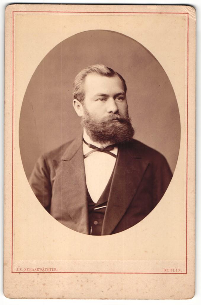 Fotografie J. C. Schaarwächter, Berlin, Portrait bürgerlicher Herr im Anzug mit Fliege und Vollbart 0