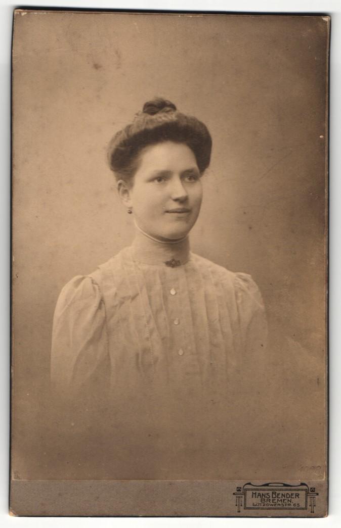 Fotografie Hans Bender, Bremen, Portrait hübsch gekleidete Dame mit Hochsteckfrisur und Kragenbrosche 0