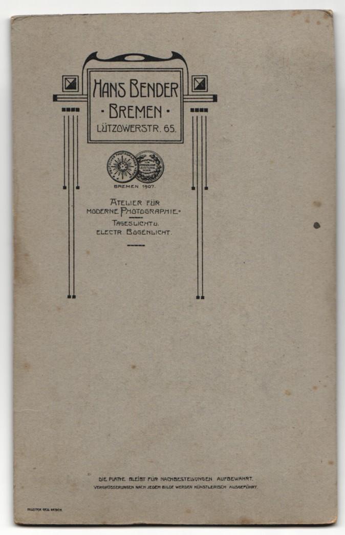 Fotografie Hans Bender, Bremen, Portrait hübsch gekleidete Dame mit Hochsteckfrisur und Kragenbrosche 1