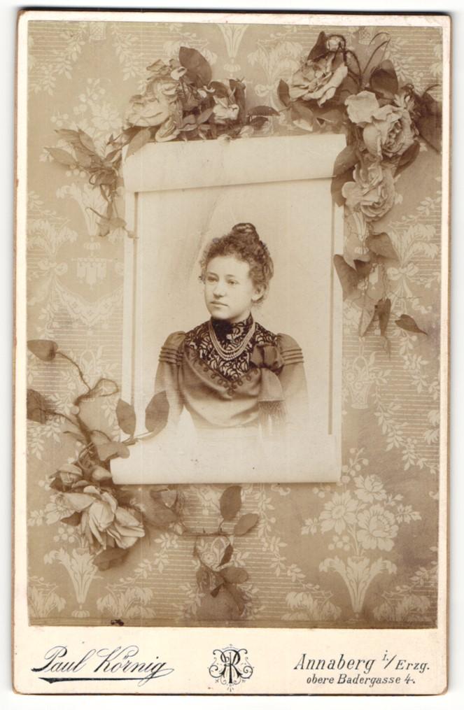 Fotografie Paul Körnig, Annaberg i. Erzg. Portrait junge Dame in modischer Kleidung mit Hochsteckfrisur und Halskette 0