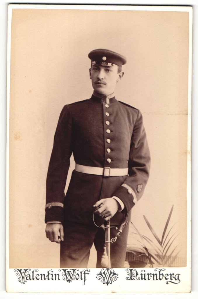 Fotografie Valentin Wolf, Nürnberg, Portrait Unteroffizier in Uniform mit Ärmelabzeichen 0