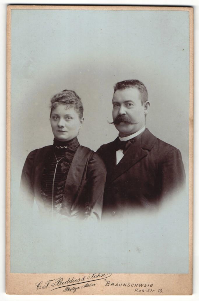 Fotografie C. F. Beddies & Sohn, Braunschweig, Portrait Herr mit imposantem Schnauzbart und Gattin 0