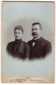 Fotografie C. F. Beddies & Sohn, Braunschweig, Portrait Herr mit imposantem Schnauzbart und Gattin