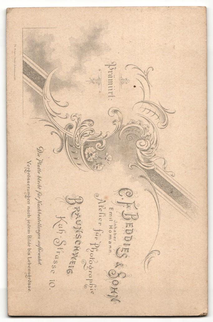 Fotografie C. F. Beddies & Sohn, Braunschweig, Portrait Herr mit imposantem Schnauzbart und Gattin 1