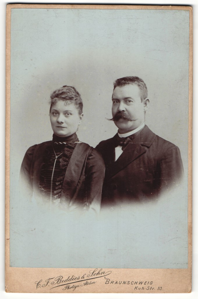 Fotografie C. F. Beddies & Sohn, Braunschweig, Portrait bürgerlicher Herr mit imposantem Schnauzbart und Gattin 0