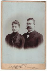 Fotografie C. F. Beddies & Sohn, Braunschweig, Portrait bürgerlicher Herr mit imposantem Schnauzbart und Gattin