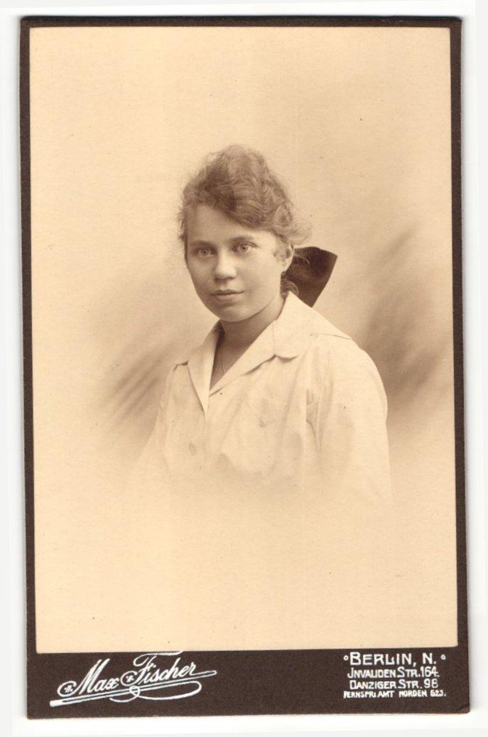 Fotografie Max Fischer, Berlin-N, Portrait junge Frau mit zusammengebundenem Haar 0