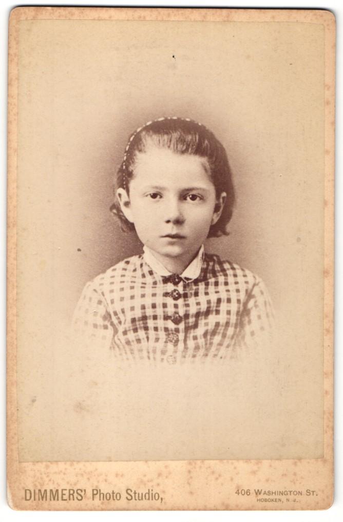 Fotografie Dimmers` Photo Studio, Hoboken, NJ, Portrait Mädchen mit zurückgebundenem Haar 0