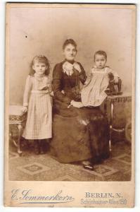 Fotografie E. Sommerkorn, Berlin-N, Portrait Mutter mit zwei Kindern