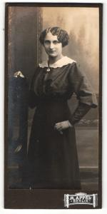 Fotografie M. Appel, Berlin, Portrait junge Frau in zeitgenöss. Kleidung
