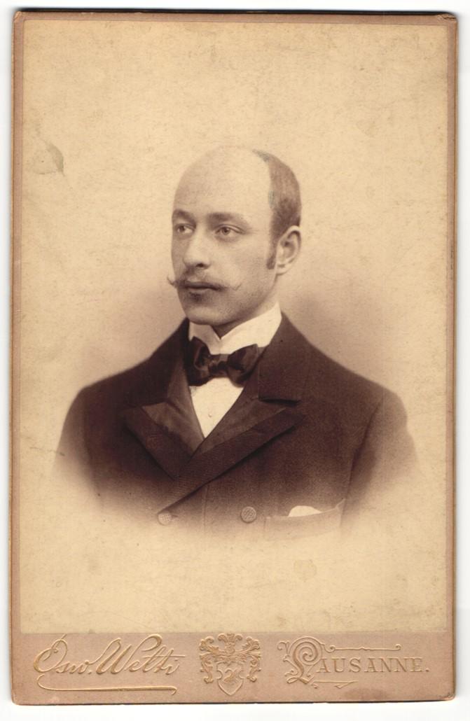 Fotografie Osw. Welti, Lausanne, Portrait junger Herr mit Oberlippenbart in Abendgarderobe 0