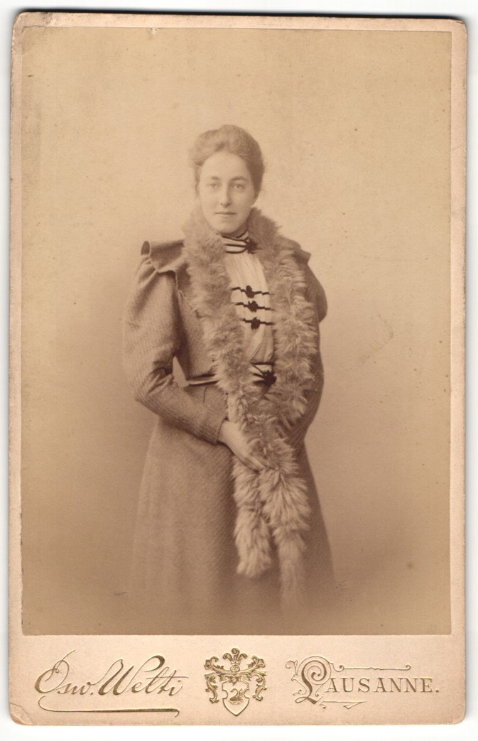 Fotografie Osw. Welti, Lausanne, Portrait Dame mit Pelzschal 0