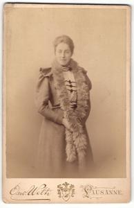 Fotografie Osw. Welti, Lausanne, Portrait Dame mit Pelzschal