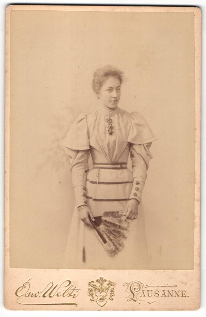 Fotografie Osw. Welti, Lausanne, Portrait bürgerliche Dame mit Fächer 0