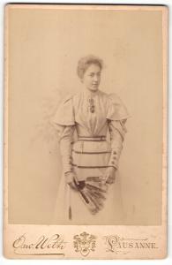 Fotografie Osw. Welti, Lausanne, Portrait bürgerliche Dame mit Fächer