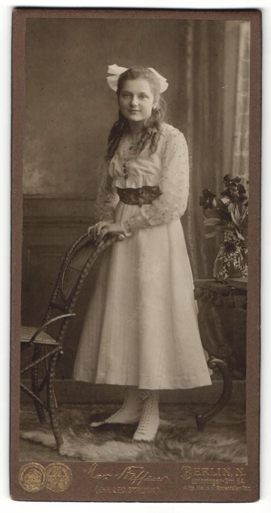Fotografie Max Steffens, Berlin-N, Portrait Mädchen in weissem Kleid mit Haarschleife 0